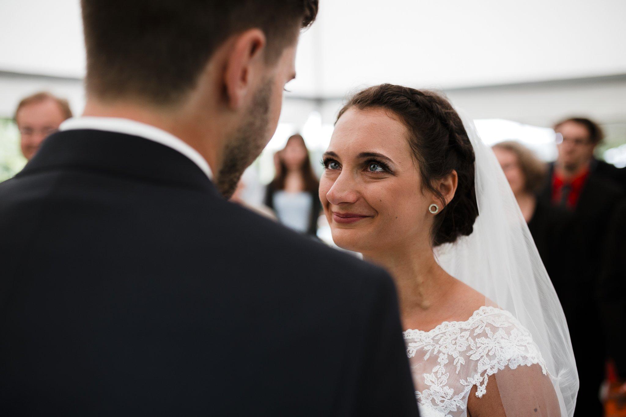 Erste Blicke - Braut und Bräutigam